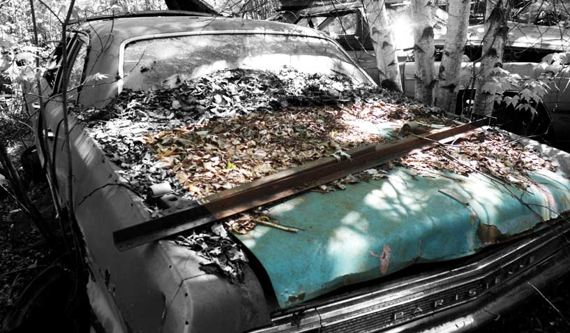 Pontiac Parisienne 1965 car on which the trunk was taken and is available for the creation of an industrial table or artwork.